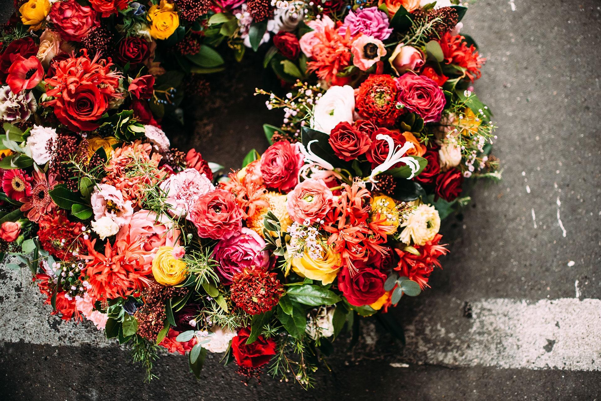 Stilvolle Trauerfloristik – Trauerkränze und Kondolenzsträuße