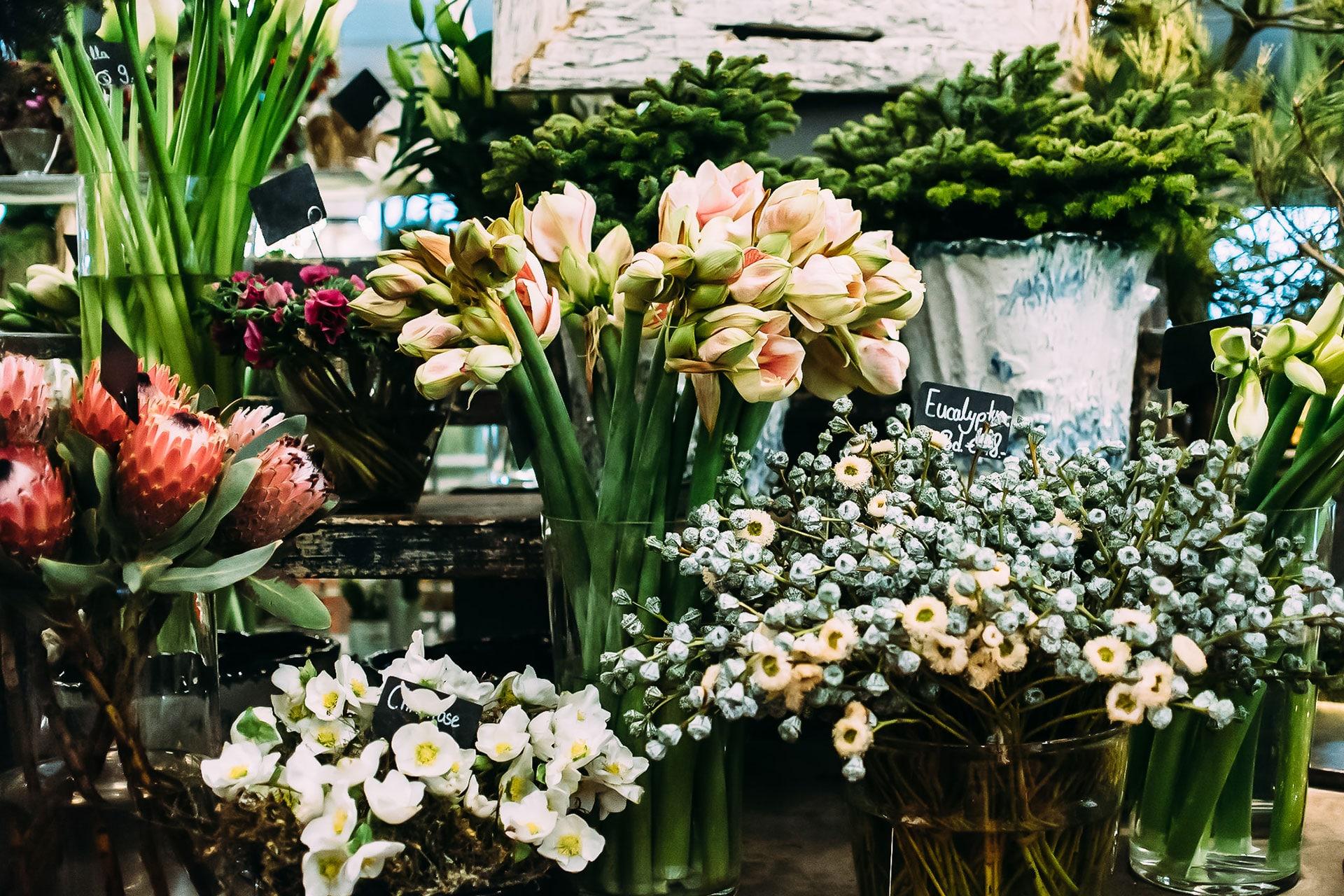 Elegante Blumenarrangement für die Messe