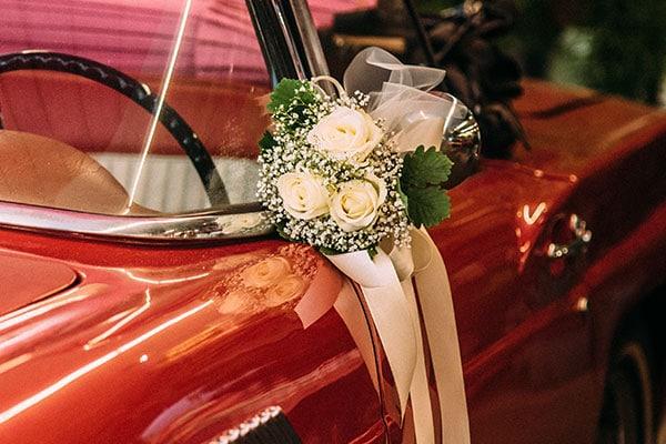 Hochzeitsfloristik – Autoschmuck und Kranz
