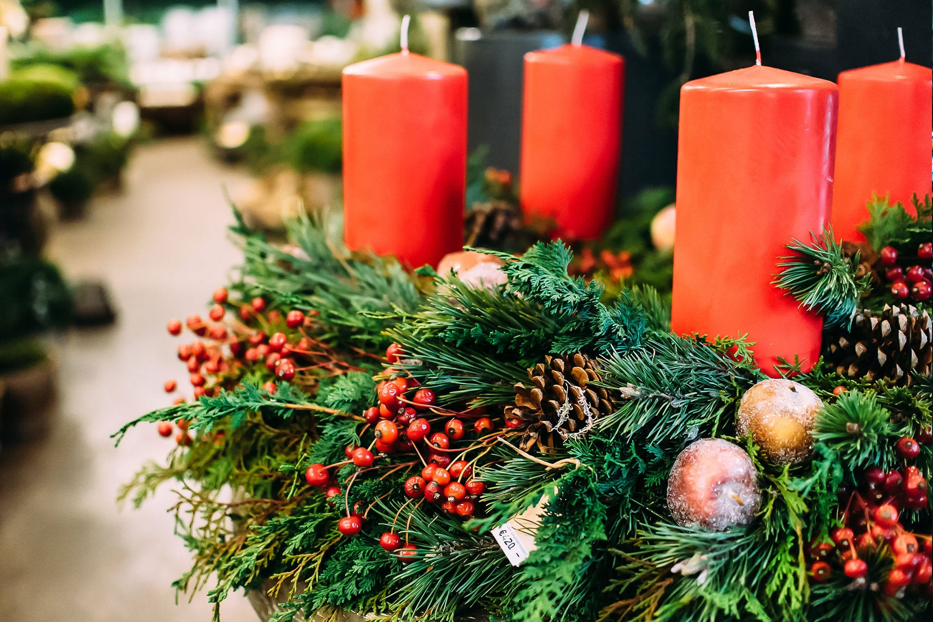 Adventskranz mit vier Kerzen zu Weihnachten
