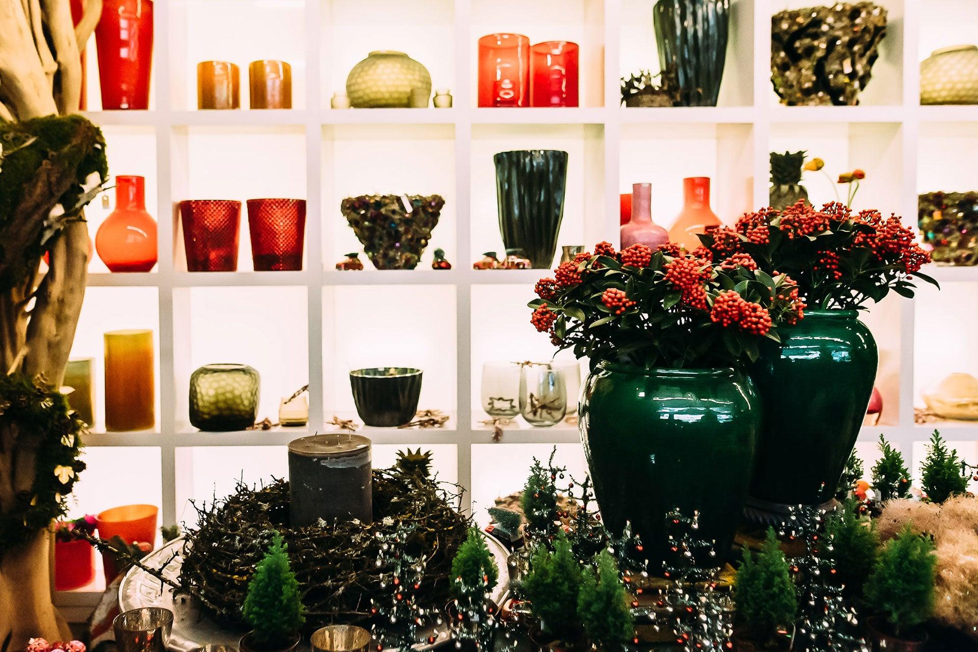 Blumenvasen und Weihnachtskränze