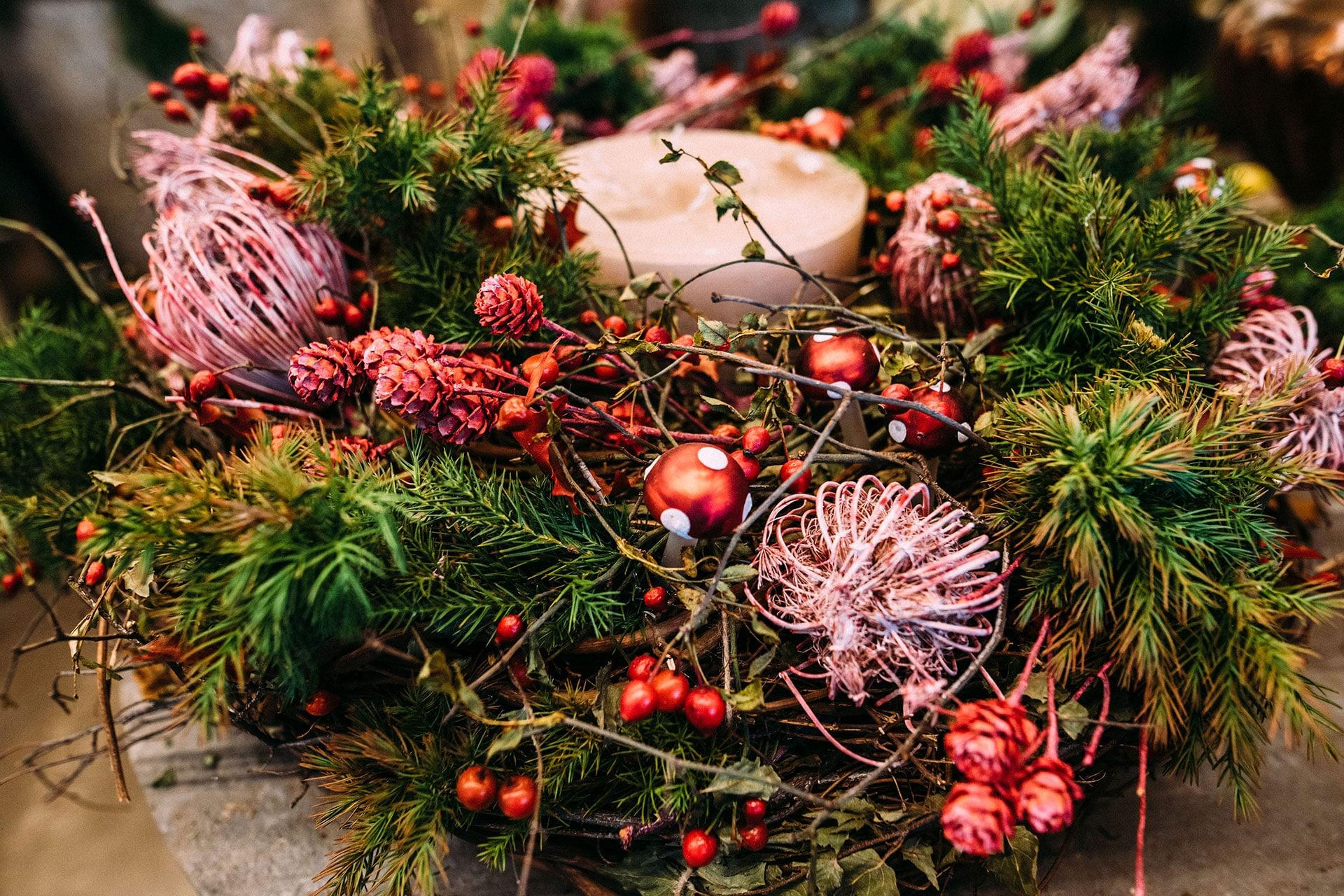 Weihnachtskranz mit Pilzen